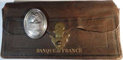 Banque de France, sacoche à main en cuir et plaque de fonction d'un agent de recettes,...