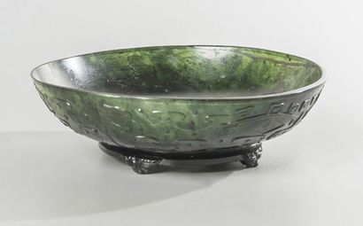 PETITE COUPE creuse en jade à talon quadripode à décor de masques de taotie, les...