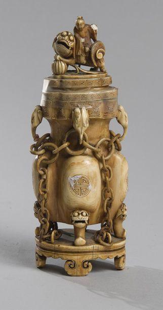 VASE COUVERT en ivoire à décor de moine doïste...