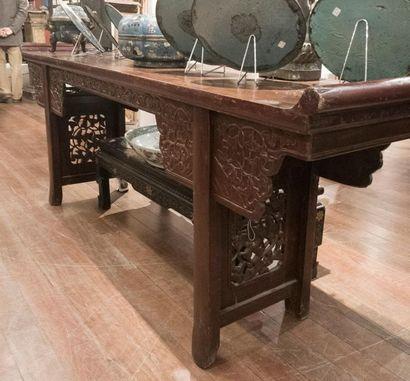 Grande console en bois teinté à décor sculpté...