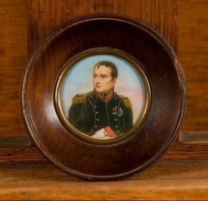 ECOLE FRANCAISE DU XXème siècle Napoléon 1er Gouache Diam.: 5 cm Porte des traces...