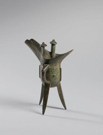 COUPE «JUE» tripode en bronze à décor incisé...