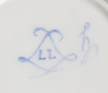 SÈVRES Gobelet litron et sa soucoupe en porcelaine tendre de la troisième grandeur...