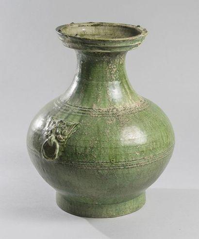 VASE BALUSTRE à col évasé en grès émaillé vert. Chine, époque Han (206 av. J.C....