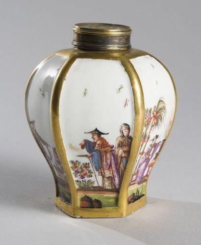 MEISSEN Boîte à thé hexagonale en porcelaine à décor polychrome de Chinois dans le...