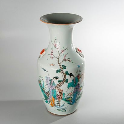VASE BALUSTRE en porcelaine à décor en émaux...