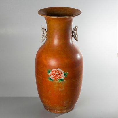 VASE DE FORME BALUSTRE en porcelaine émaillé polychrome à décor de pivoines sur...