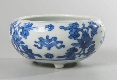 BRÛLE-PARFUM en porcelaine bleu blanc à décor...