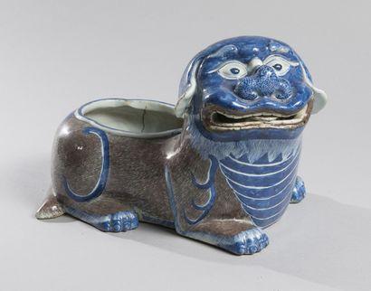 RINCE-PINCEAU en porcelaine peint bleu et...