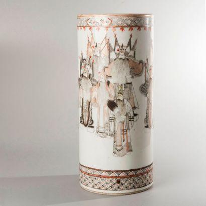 VASE ROULEAU en porcelaine émaillé blanc,...