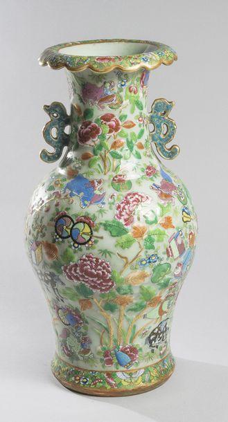 Vase de forme balustre et col évasé en porcelaine à décor en émaux de Canton sur...