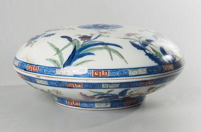 Boîte ronde couverte sur talon en porcelaine...