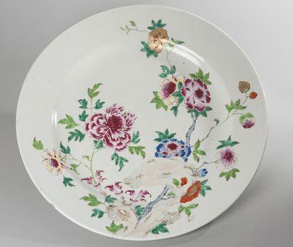 ASSIETTE circulaire et creuse en porcelaine à décor en émaux polychromes de la famille...