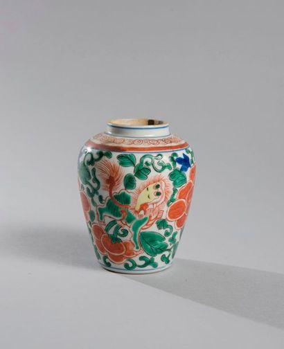 PETIT VASE de forme meiping en porcelaine...