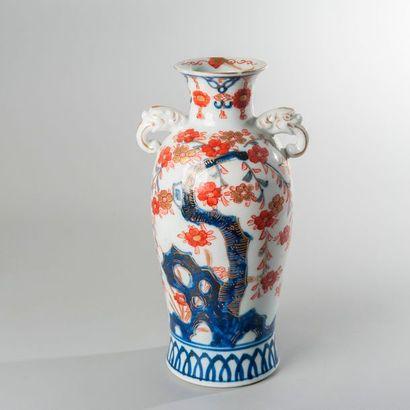VASE À CORPS PANSU en porcelaine de style...