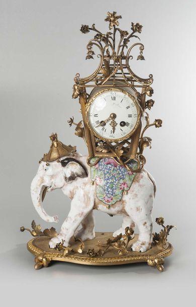 Horloge en forme d'éléphant anarché d'un...