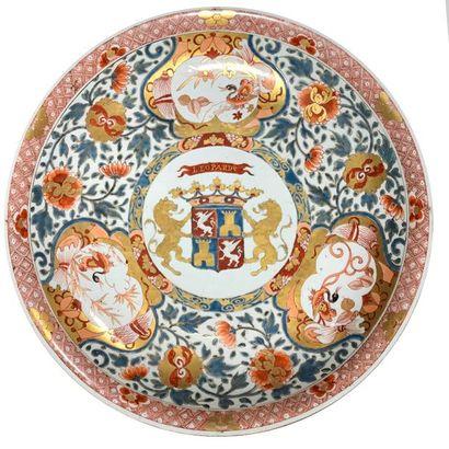 Grande assiette en porcelaine armoriale à...