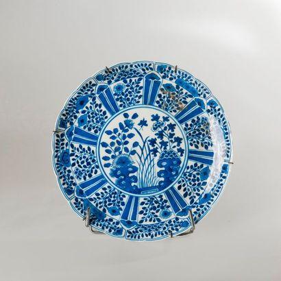 ASSIETTE circulaire en porcelaine bleu blanc...