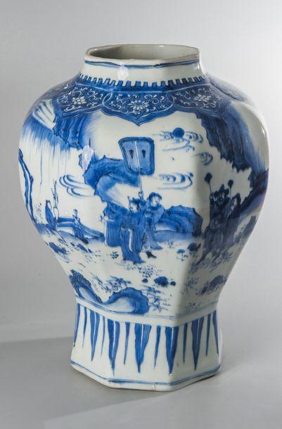 VASE OCTOGONAL de forme balustre en porcelaine...