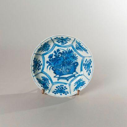 COUPELLE circulaire et creuse en porcelaine...
