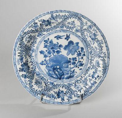 PLAT CIRCULAIRE en porcelaine bleu blanc...