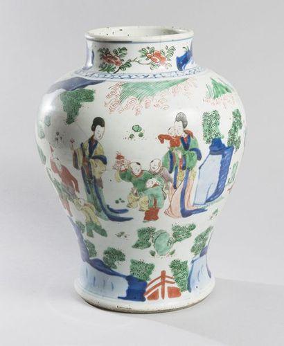 POTICHE en porcelaine à décor en émaux polychromes...
