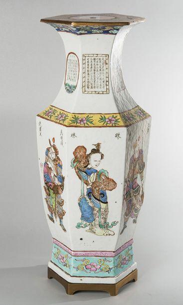 Vase hexogonal de forme balustre en porcelaine...