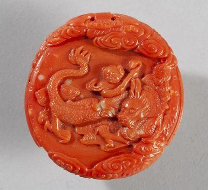 MÉDAILLON EN CORAIL à décor sculpté de dragon...