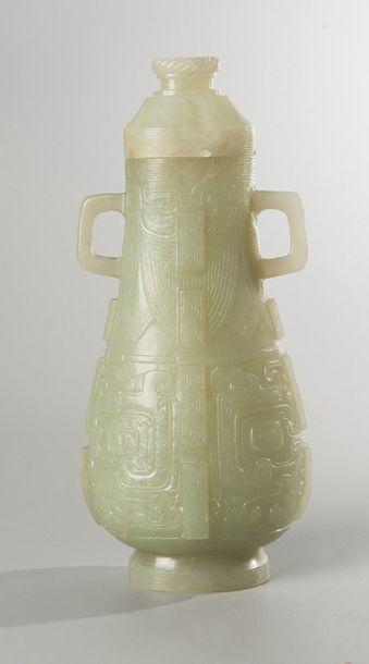 PETIT VASE de forme balustre en jade céladon...