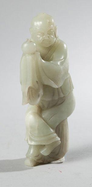 Statuette en jade représentant un moine tenant...