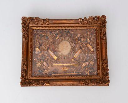 Reliquaire à paperolles contenant des reliques...