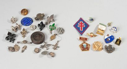 Lot d'objets royalistes dont broches, pendentifs...