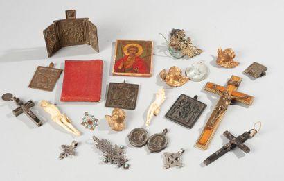 Lot d'objets religieux dont croix, reliquaire,...
