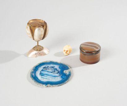 Lot d'objets de curiosité dont boîte cylindrique...