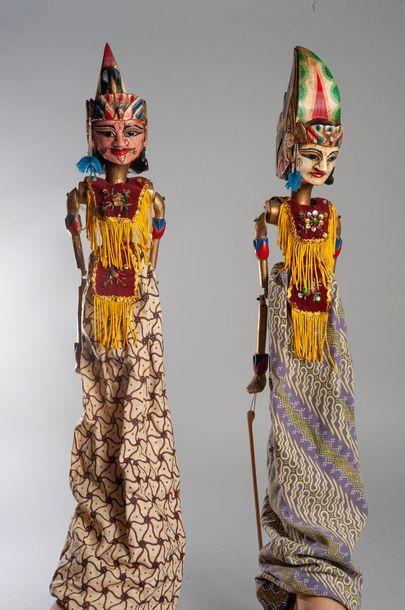 Deux marionnettes balinaises en bois et tissus....