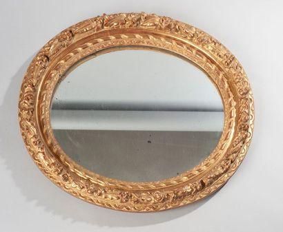 Cadre ovale en bois et stuc doré formant...