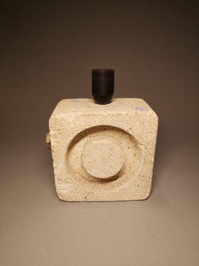 Lampe en pierre carrée creusée d'un cerc...