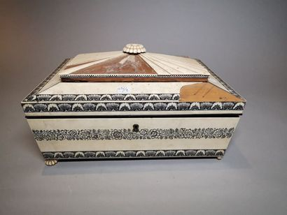 Une boite en bois et placage d'ivoire à décor...