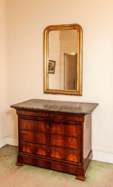 Miroir en bois et stuc doré, la partie supérieure...
