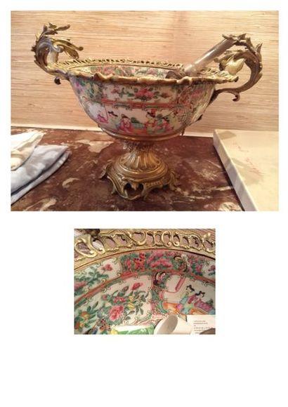 Coupe en porcelaine de Canton à deux anses....