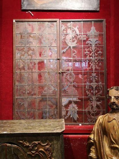 Ensemble de quatre vitres peintes à l'imitation...