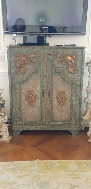 Meuble d'entre-deux en bois peint.  Italie, XIXe siècle. Haut. : 115 cm - Larg....