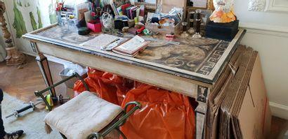 Table avec plateau peint à décor d'atlantes....