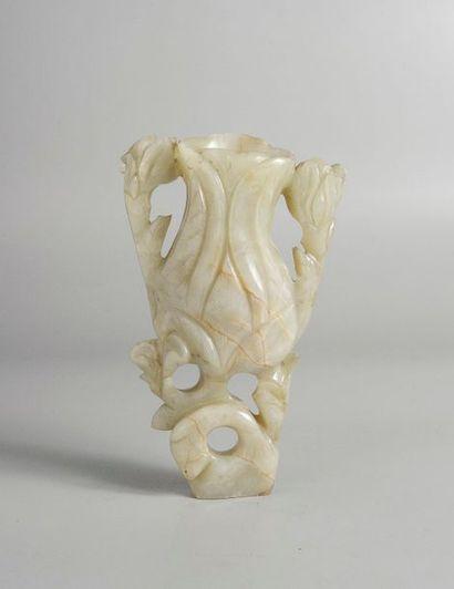 PORTE PINCEAU en jade blanc celadonné veiné de rouille en forme de bouquet fleuris....