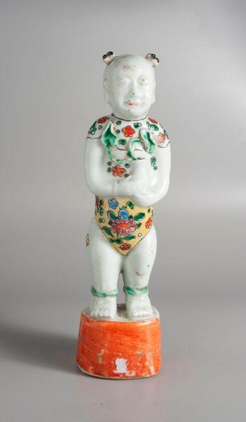 STATUETTE d'enfant en porcelaine à décor...