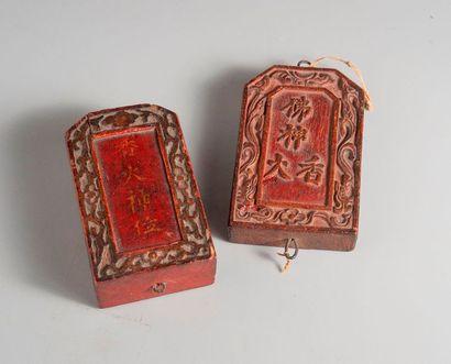 Deux plaques en bois portant des inscriptions....