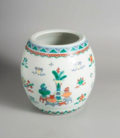 VASE DE FORME OVOÏDE en porcelaine à décor...