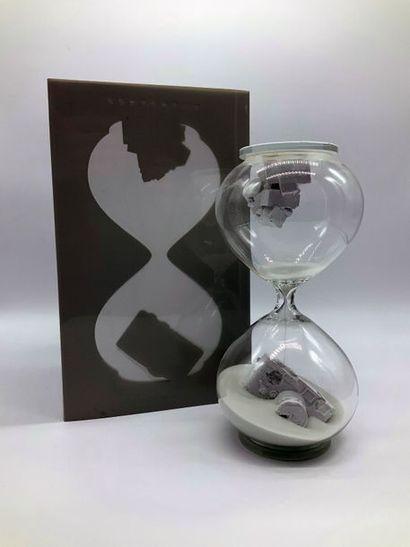 Daniel ARSHAM (Américain, né en 1980) Hourglass (Blanc), 2018  Verre, sable et deux...