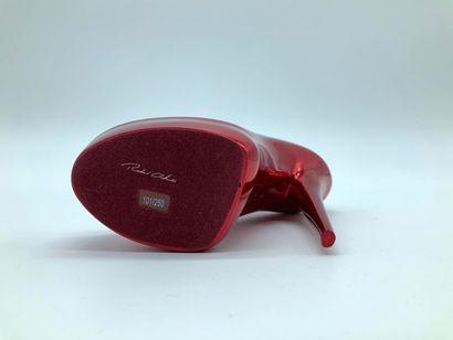 Richard ORLINSKI (Français, né en 1966) Stiletto (Rouge)  Sculpture en résin rouge,...