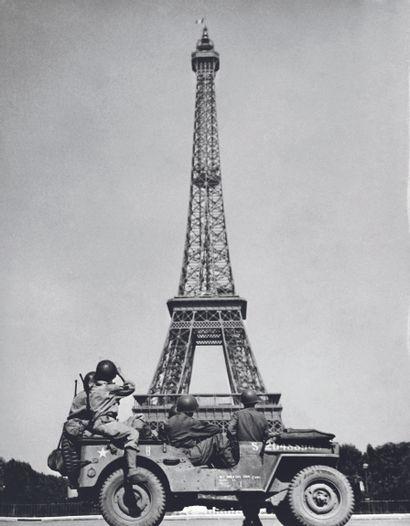 AFP AFP  Des soldats américains admirent la Tour Eiffel  après la libération de Paris,...